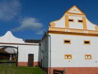 Pohled na sýpku ze dvora. - Prodej komerčního objektu 84774 m², Hluboká nad Vltavou
