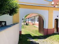 Přední příjezdová brána. - Prodej komerčního objektu 84774 m², Hluboká nad Vltavou