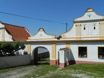 Přední vjezdová brána. - Prodej komerčního objektu 84774 m², Hluboká nad Vltavou