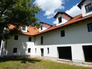 Prodej komerčního objektu 930 m², Husinec