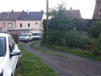 příjezdová cesta z hlavní silnice (Prodej pozemku 1103 m², Lom)