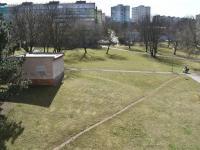 pohled z obýváku do parku (Prodej bytu 2+kk v osobním vlastnictví 40 m², Most)