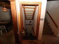 schodiště z 2.NP do 1.NP (přízemí) (Prodej domu v osobním vlastnictví 180 m², Český Jiřetín)