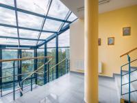 schodiště v administrativní budově (Prodej komerčního objektu 2000 m², Strančice)