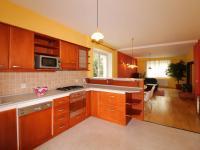kuchyňský kout v pozadí jídelní a obývací prostor (Prodej domu v osobním vlastnictví 190 m², Mladá Boleslav)