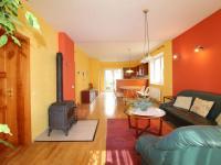 obývací prostor a jídelní prostor v pozadí kuchyňský kout a vstup na zahradu (Prodej domu v osobním vlastnictví 190 m², Mladá Boleslav)