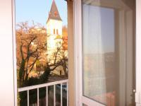 výhled z ložnice skrz francouzské okno - Prodej bytu 2+kk v osobním vlastnictví 64 m², Praha 4 - Braník