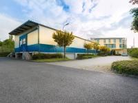 skladová hala v pozadí administrativní budova - Prodej komerčního objektu 2000 m², Strančice