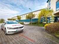 parkování před administrativní budovou - Prodej komerčního objektu 2000 m², Strančice
