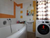 koupelna s oknem - Prodej bytu 3+1 v osobním vlastnictví 95 m², Příbram