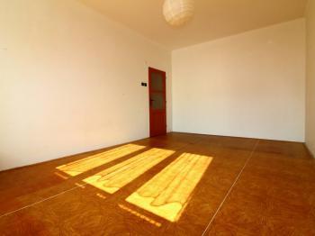 pokoj 2 od okna - Prodej bytu 2+1 v osobním vlastnictví 63 m², Praha 10 - Vršovice