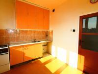kuchyně od okna - Prodej bytu 2+1 v osobním vlastnictví 63 m², Praha 10 - Vršovice