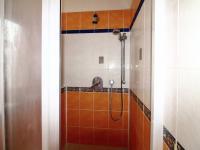 koupelna v přízemí - Prodej domu v osobním vlastnictví 158 m², Praha 10 - Strašnice