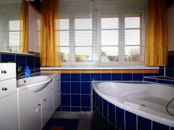 koupelna v patře - Prodej domu v osobním vlastnictví 158 m², Praha 10 - Strašnice