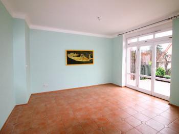 pokoj v přízemí se vstupem na terasu a zahradu - Prodej domu v osobním vlastnictví 158 m², Praha 10 - Strašnice