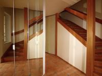 chodba a schodiště - Prodej domu v osobním vlastnictví 158 m², Praha 10 - Strašnice