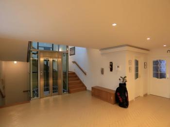přízemí - vstupní hala - Prodej domu v osobním vlastnictví 776 m², Líšnice