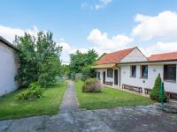 pohled na hospodářské budovy a zahradu - Prodej domu v osobním vlastnictví 244 m², Ostrožská Nová Ves