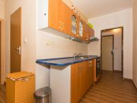 kuchyňská linka, vlevo vchod do koupelny - Prodej bytu 3+1 v družstevním vlastnictví 74 m², Uherské Hradiště