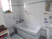koupelna v přízemí (Prodej domu v osobním vlastnictví 280 m², Petrůvka)