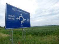 Značka blízkého kruhového objezdu (Prodej pozemku 6962 m², Králova Lhota)