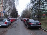 parkování před domemem (Prodej bytu 3+1 v osobním vlastnictví 75 m², Praha 4 - Modřany)