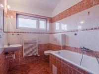 Společná koupelna v patře (Prodej domu v osobním vlastnictví 156 m², Praha 4 - Šeberov)