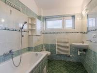Koupelna se vstupem z ložnice rodičů (Prodej domu v osobním vlastnictví 156 m², Praha 4 - Šeberov)