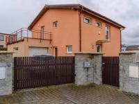 Pohled z ulice (Prodej domu v osobním vlastnictví 156 m², Praha 4 - Šeberov)