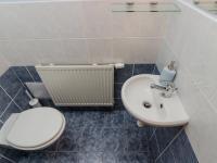 WC v přízemí (Prodej domu v osobním vlastnictví 156 m², Praha 4 - Šeberov)