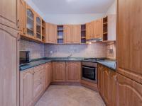 Kuchyňský kout spojený s obývacím pokojem (Prodej domu v osobním vlastnictví 156 m², Praha 4 - Šeberov)