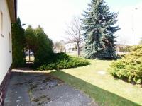 Pohled od domu na ulici (Prodej domu v osobním vlastnictví 75 m², Praha 9 - Vinoř)