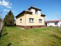 Pohled na dům ze zahrady (Prodej domu v osobním vlastnictví 75 m², Praha 9 - Vinoř)