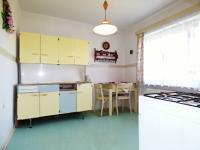 1.NP - Kuchyň s původní kuchyňskou linkou (Prodej domu v osobním vlastnictví 75 m², Praha 9 - Vinoř)