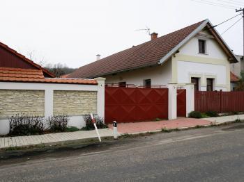 Pohled z ulice - Prodej domu v osobním vlastnictví 60 m², Kolaje
