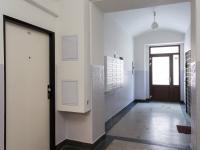 Chodba domu (Pronájem kancelářských prostor 44 m², Praha 5 - Košíře)