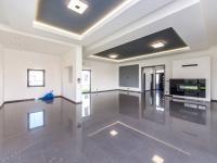 Vlevo prostor pro kuchyňský kout, vpravo obývací část s TV stěnou - Prodej domu v osobním vlastnictví 180 m², Čestlice
