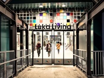 Vstup do obchodní pasáže od stanice metra Luka - Pronájem obchodních prostor 383 m², Praha 5 - Stodůlky