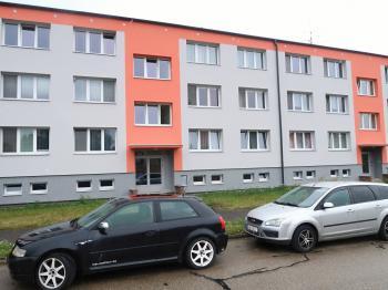 Pohled na dům - Prodej bytu 3+1 v osobním vlastnictví 80 m², Poříčany