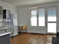 Kuchyšká část s jídelním stolem - Pronájem bytu 1+kk v osobním vlastnictví 41 m², Praha 9 - Čakovice