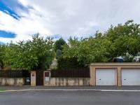 Dvě garáže a spodní vstup do zahrady - Prodej domu v osobním vlastnictví 197 m², Praha 4 - Podolí