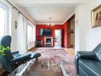 Obývací pokoj s krbem - Prodej domu v osobním vlastnictví 197 m², Praha 4 - Podolí
