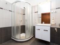 Koupelna v 1. nadzemním podlaží - Prodej domu v osobním vlastnictví 197 m², Praha 4 - Podolí