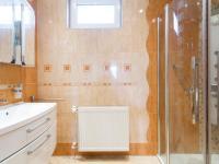 Koupelna ve 2. nadzemním podlaží - Prodej domu v osobním vlastnictví 197 m², Praha 4 - Podolí
