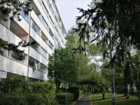 Jižní strana domu s pěší zónou - Pronájem bytu 1+1 v osobním vlastnictví 27 m², Praha 4 - Krč