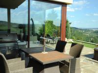 Zahradní sezení s grilem - Pronájem domu v osobním vlastnictví 190 m², Praha 6 - Lysolaje