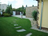 Přední část zahrady domu - Pronájem domu v osobním vlastnictví 190 m², Praha 6 - Lysolaje