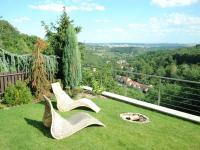 Zahrada s výhledem na Lysolajské údolí a Prahu - Pronájem domu v osobním vlastnictví 190 m², Praha 6 - Lysolaje