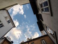 Pohled z dvorku - Pronájem bytu 2+kk v osobním vlastnictví 45 m², Praha 1 - Malá Strana