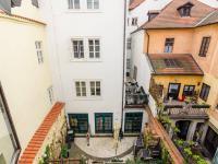 Pohled z okna bytu - Pronájem bytu 2+kk v osobním vlastnictví 45 m², Praha 1 - Malá Strana
